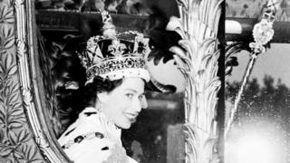 Reina Isabel II en día de su coronación el 2 de junio de 1953