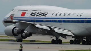 لقطة لطائرة على مدرج في مطار بكين