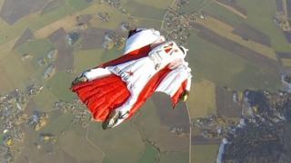 القفز بسترات القفز المظلي الحر تعتبر من أكثر الرياضات خطورة على الإطلاق، جاري كوسما وهو مخترع هذه السترات يقول إنه يمكن ممارسة هذه الرياضة بآمان رغم المخاطر المصاحبة لها
