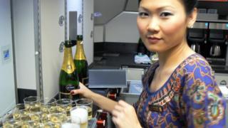 Стюардеса із шампанським