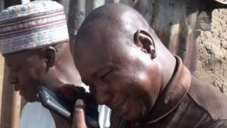Mwanamume atekwa na hisia baada ya kupokelewa kwa baadhi ya wasichana waliotekwa 19 Februari eneo la Dapchi