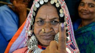 印度特伦甘纳邦海得拉巴市一村庄一名老太太展示投票之后沾有识别墨水的手指头(11/4/2019)