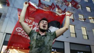 Seçim sonucunu kutlayan bir CHP seçmeni