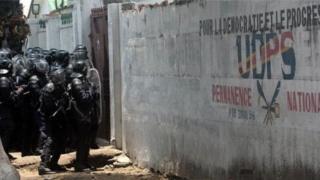 Policiers devant le siège de l'UDPS