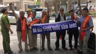 Các nhân sỹ trí thức biểu tình trước ĐSQ Trung Quốc tại TP Hồ Chí Minh hôm 10/8