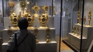 Посетительница музея