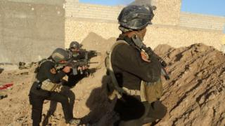 Iraqi security forces personnel take up positions on the frontline on the outskirts of Ramadi (30 November 2015)