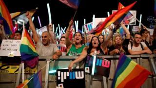 В воскресенье в центр Тель-Авива пришли десятки тысяч человек