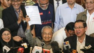 مهاتير محمد وقادة المعارضة بعد إعلان فوزهم في الانتخابات البرلمانية الماليزية