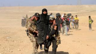 ทหารช่วยเหลือชาวบ้านในเมืองโมซูล