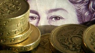 Фунтовая банкнота и золотые монеты