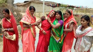 五月,印度賈坎德邦一名16歲少女被姦殺,其家人傷心痛哭。