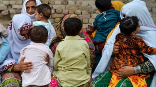 Daktari mmoja amekamatwa nchini Pakistan kufuatia mlipuko huo wa ugonjwa ambao umeathiri watoto zaidi katika mazingira yenye utata