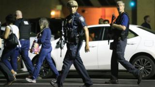 Policías patrullan en Dallas