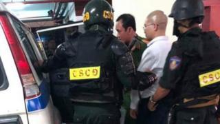 Bị can Nguyễn Thái Luyện được áp giải ra xe công vụ đưa đi vào rạng sáng 19.9