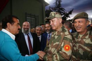 Erdoğan sınır birliklerini sanatçılar ve Genelkurmay Başkanı Hulusi Akari le beraber ziyaret etti