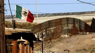 Valla fronteriza entre México y EE.UU.