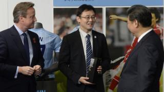 孫繼海(中)、習近平(右)與卡梅倫(左)在孫繼海入選英格蘭足球名人堂儀式上(23/10/2016)