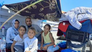 Talibshah Hosseini con su mujer y sus tres hijos.
