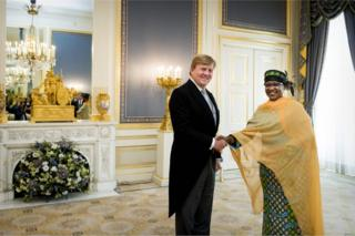 Ammo Aziza Baroud, wey be Chad new ambassador to di Netherlands, carri her letter- di paper wey stamp her ambassador appointment- to King Willem-Alexander for Palace Noordeinde for The Hague on Wednesday.