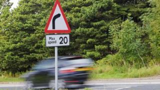 汽车快速驶过限速20英里的地段