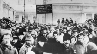 """Жители Петрограда проводят демонстрацию у здания Государственной думы с лозунгом """"Да здравствует всенародная социалистическая революция"""