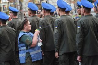 Военная медсестра охлаждает военнослужащих на репетиции парада ко Дню независимости