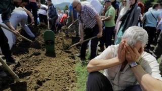 Hombres cavando fosas para los muertos por la masacre de Srebrenica, Bosnia