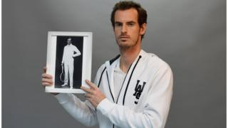 Andy Murray holding photograph of Tony Wilding