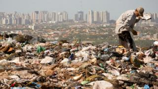 Hombre en vertedero de basura en Brasil.