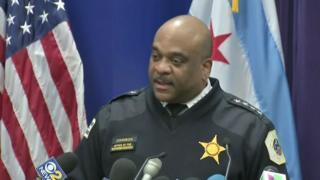 مسؤول في شرطة شيكاغو يتحدث في مؤتمر صحفي