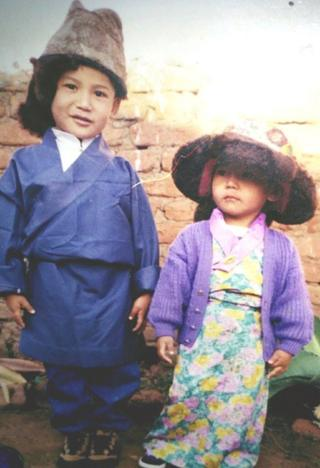 拉莫(右)三岁时与亲人在印度南部合影。