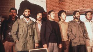 گروگانگیرها در حال سرود خواندن. دو روز پس از فرمان آیت الله خمینی به آزادی گروگانها، دانشجویان در ۱۹ نوامبر ۱۹۷۹ نشست خبری برپا کردند.