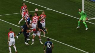 मॅचच्या 18व्या मिनिटालाच क्रोएशियाच्या मारियो मेंडजुकिचनं आत्मघातकी स्वयं गोल केला.
