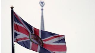 Флаг Великобритании над посольством в Москве
