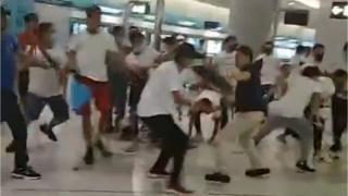 香港新界元朗晚間也爆發衝突。網絡上多個視頻顯示,一批身著白衣、戴口罩人士用棍棒追打市民。
