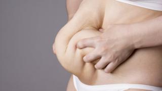 Mujer cogiéndose el estómago