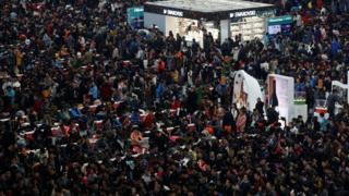 上海虹桥火车站的候车大厅挤满旅客(13/1/2017)