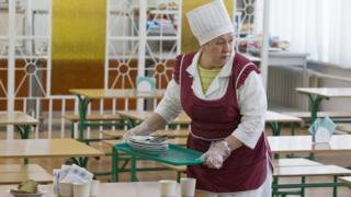Кухар у шкільній їдальні