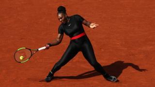 Serena Williams con su traje en Roland Garros