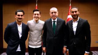 İlkay Gündoğan, Mesut Özil (soldan sağa) ve Averton'ın golcüsü Cenk Tosun Cumhurbaşkanı Erdoğan'la birlikte.