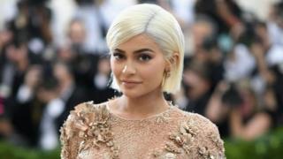 Kylie Jenner ni dada wa kambo wa nyota wa Reality TV Kim Kardashian