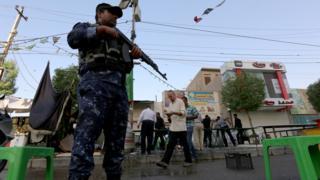 Полицейский стоит на посту в Багдаде