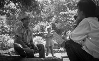 Norte de San Miguel, 1992. Oscar Orellana de las CDHES (Commisión De Derechos Humanos No Gubernamental) grabando testimonios de abusos cometidos hacia la población civil durante el recién terminado conflicto.