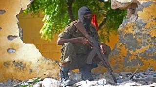 Un soldat somalien en faction sur une base attaquée par Al Shabaab en 2015 (illustration)