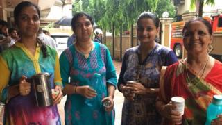 बचावपथकाला पाणी देणाऱ्या स्त्रिया
