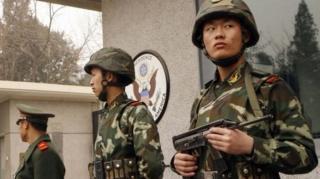เจ้าหน้าที่ของจีนคอยรักษาความปลอดภัยที่ด้านหน้าสถานทูตสหรัฐฯ ในกรุงปักกิ่ง