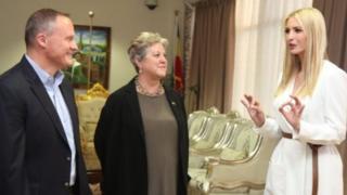 Ivanka Trump (extrême droite) s'entretient avec des officiels américains en Éthiopie.
