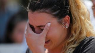 Una joven llora porque deportaron a su tio a Irak.