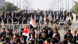 نیروهای ضد شورش عراق سعی داشتند نگذارند تظاهرکنندگان به منطقه سبز نزدیک شوند